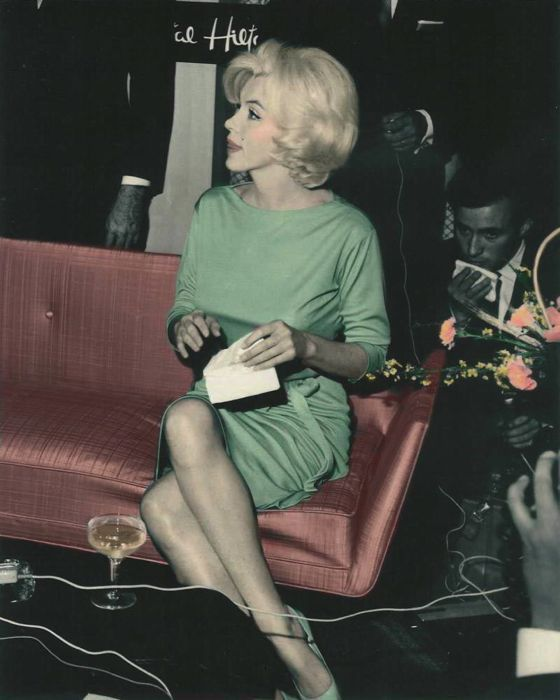 Triste ;  (Marilyn Monroe fue enterrado en este vestido de Pucci que se había puesto en una conferencia de prensa en la Ciudad de México (arriba) seis meses antes de su muerte. Fue elegido por su media hermana y 2 de sus ayudantes. Su hombre maquillaje personal vino para preparar el cuerpo para la sepultura, como había prometido que iba .: