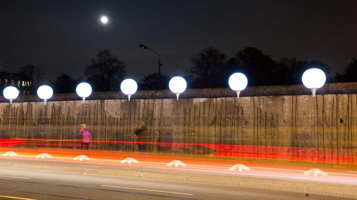 Seit dem 7.11. kann man auf über 15 Kilometern Länge den Mauerverlauf auf diese besondere Weise nachempfinden – 7 000 Ballons stehen dort, wo früher Beton Menschen trennte