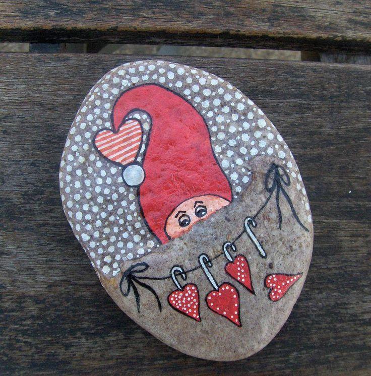 Denne julesten er jeg helt vild med. Stenen har jeg haft liggende i mange år, fordi den var speciel. Den har fra naturens hånd en udposning - og så lå det jo lige til højrebenet at putte en nisse ned i posen. Med andre ord: Gå ikke altid efter glatte og fine sten. Denne var lidt besværlig at male på...