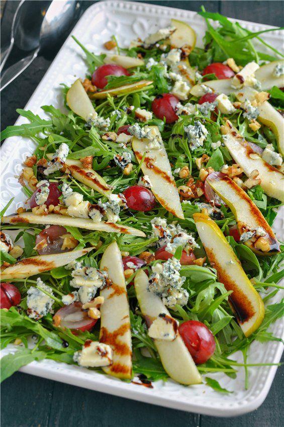 Салат с рукколой, голубым сыром, виноградом и грушами. - Вкусная пауза