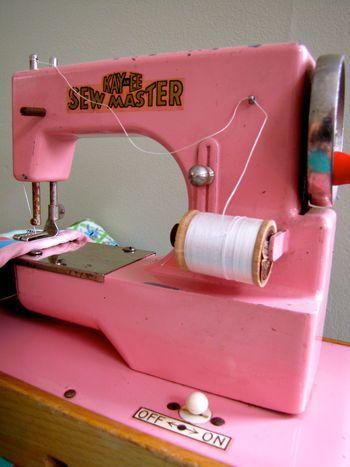 Vintage Sewing Machine... Love!!