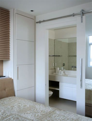 Neste apartamento de apenas 75 m², no Rio de Janeiro, os painéis de marcenaria se abrem e  fecham para transformar os espaços e fazer ...