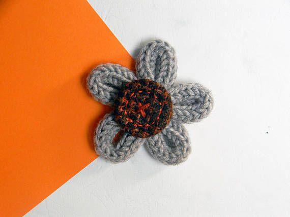 Bloem broche - textiel broche pin - wol broche - Made in Italy - zand beige broche - Tweed broche.  Bloem broche gemaakt van zuivere merinoswol en een mooie handgemaakte knop gemaakt van tweed stof. Deze stof is gemaakt in Biella en komt uit een aantal monsters. Het is een leuk accessoire toe te voegen aan uw sjaal, tas, hoed, jurk of riem. Volledig handgemaakt. Als optie kunt u een broche of een stok pin.  STIJL: Daisy GROOTTE: de cm 6-2 3/8 MATERIAAL: 100% merinoswol en wol stof. KLEUR...