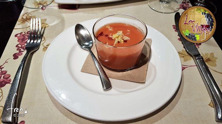 Chupito de salmorejo con crujiente de jamón ibérico y huevo Refrescante!