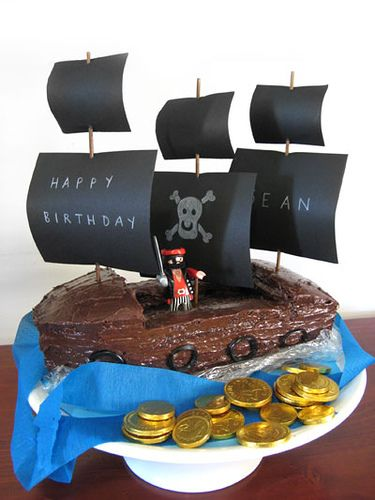 pirate party cake! creative.. they haven't done that much with the cake more with props, which... kinda good! easy! party cake ;)