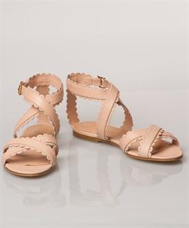 lange benen  wel: lange vesten, halverwege de dijen, tunieken, rechte rokken, lage taille, fijne pumps, sandalen met riemen, dunne hoge hakken