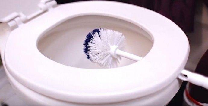 Žena nechala kefu do záchodu v tejto polohe. Ide o geniálny trik, ktorý využijete aj vy | Chillin.sk