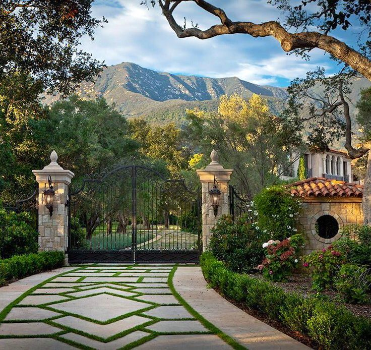 this has to be the hills of montecito behind this gorgeous driveway