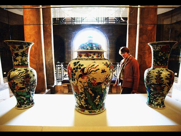 Após serem estilhaçados por um visitante que rolou a escada do museu, estes vasos da dinastia Qing foram restaurados.