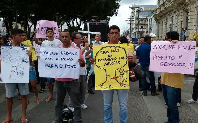 Grupo faz protesto contra retirada de árvores da Getúlio Vargas - Acorda Cidade | Dilton Coutinho