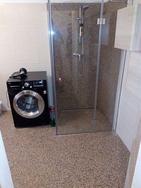 Víte, že s použitím kamenného koberce si významně ušetříte práci, zkrátíte dobu realizace a navíc koupelnu proměníte v nádherný klenot bytu?.. více na http://www.topstone.cz/blog/cim-oblozit-koupelnu-keramickymi-obklady-nebo-kamennym-kobercem  #topstone #kamínkovýkoberec #mramorovýkoberec #koupelna #interiér