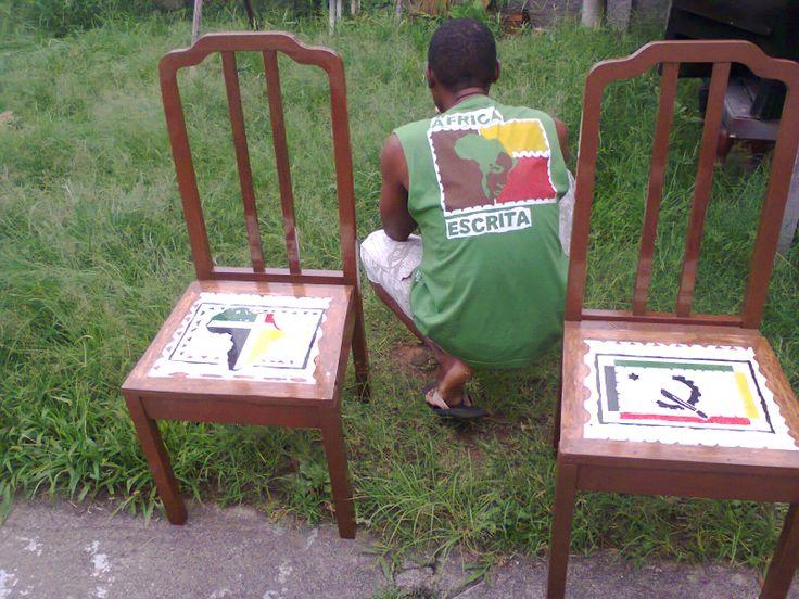cadeira ao estilo afro.