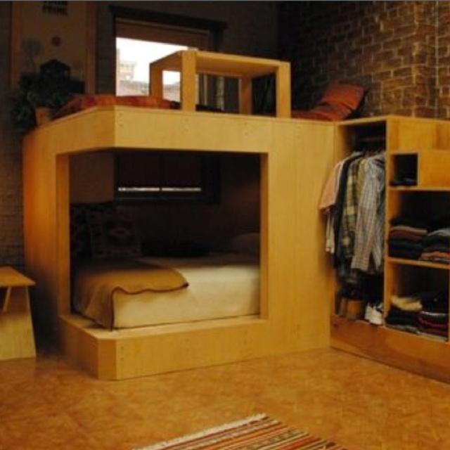 Aprovechando espacio.  En la parte de abajo la cama y arriba una salita... Las escaleras que apenas de aprecian sirven de ropero. Y de lado izquierdo una mesa con su banca como comedor.