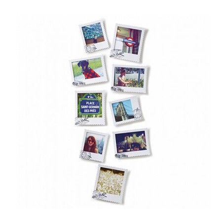 Ensemble de 9 cadres photo en forme de timbre. Leur fabrication en plastique permet d'écrire sur la surface avec des marqueurs effaçables à sec. Adhésifs de montage inclusConception : Alan Wisniewski3 cadres de chacun des formats suivants :4 po x 4 po (10 cm x 10 cm)4 po x 6 po (10 cm x 15 cm)5 po x 5 po (13 cm x 13 cm)