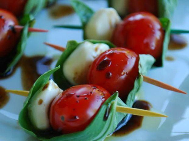 Recorra ao tradicional petisco de mussarela de búfala, tomate-cereja e manjericão com palitinhos e dispostos em fileiras.