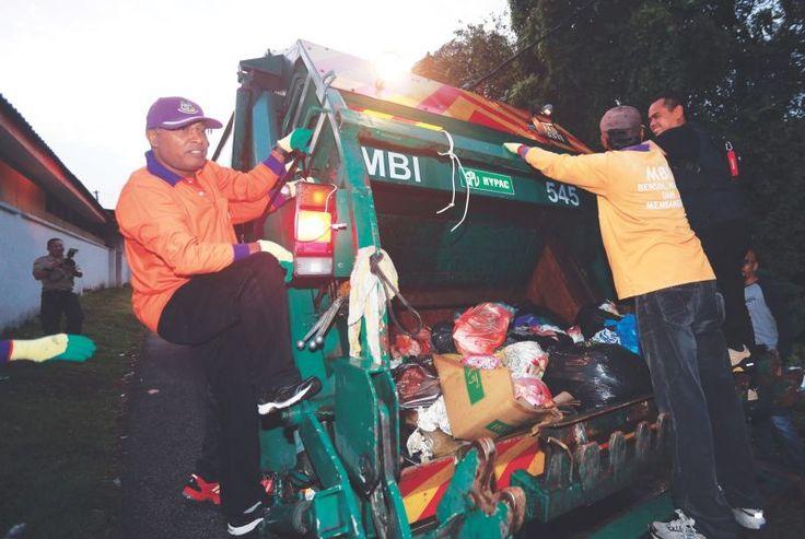Zambry pandu lori kutip sampah lagi dengan exco   Datuk Seri Zambry Abd Kadir (kiri) menaiki lori sampah dan mengutip sampah sarap di beberapa kawasan di Ipoh pada 2 Februari 2017.  Foto oleh Farhan NajibKAMPAR 26 Sept  Datuk Seri Zambry Abdul Kadir hari ini sekali lagi memandu lori dan melakukan kerja pembersihan bersama barisan exco Perak.  Berpakaian pekerja am Majlis Daerah Kampar beliau melaksanakan tugas itu bersama 120 pekerja pihak berkuasa tempatan itu di sekitar Malim Nawar…