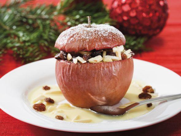 Bratapfel - das Wort allein lässt uns das Wasser im Mund zusammen laufen, weil dieses Dessert fruchtige Äpfel mit köstlichem Marzipan, Rosinen und weihnachtlichen Gewürzen vereinigt.