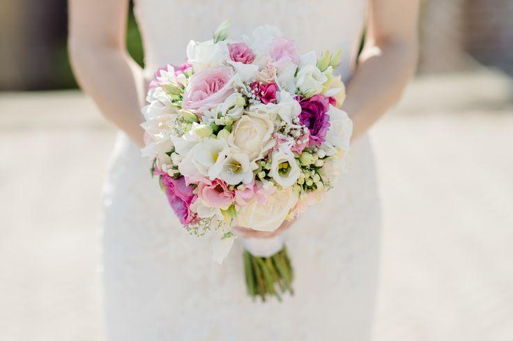 Een prachtig traditioneel biedermeier bruidsboeket met roze accenten