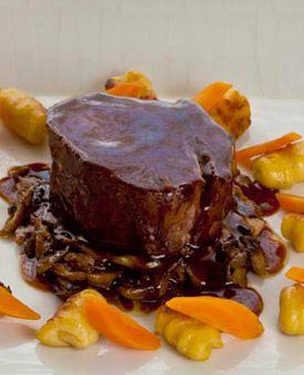Gebratene Wildschwein-Medaillons und Butter-Gnocchi an Pfeffersauce