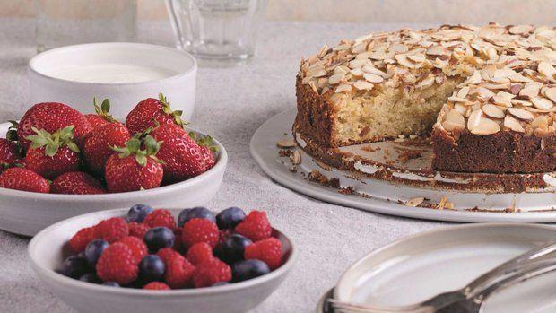 Tenhle prostý a nenáročný dort připravíte jako nic a můžete jej podávat na nekonečně mnoho způsobů. Na podzim jej podávejte s teplými opečenými hruškami a vanilkovou zmrzlinou.
