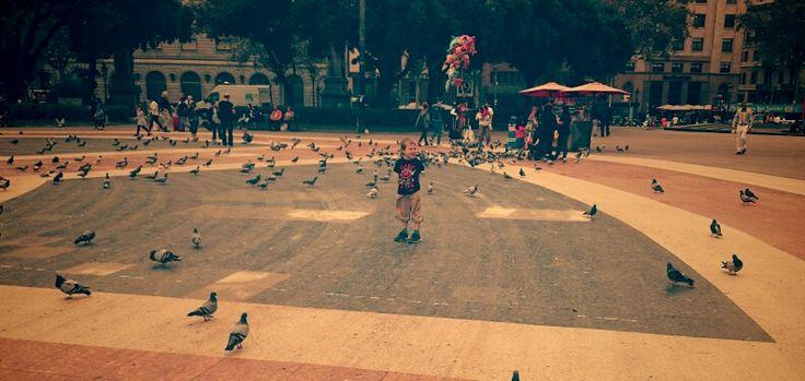 Emil på ett torg i Barcelona.