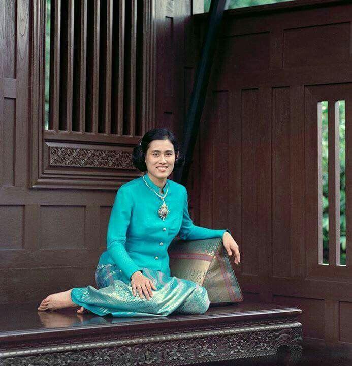 I love king of thailand  ขอพระองค์ทรงพระเจริญยิ่งยืนนาน  ด้วยเกล้าด้วยกระหม่อม ขอเดชะ...