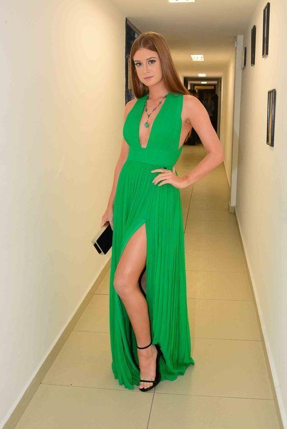 Marina Ruy Barbosa, vestido verde greenery com decote e fenda