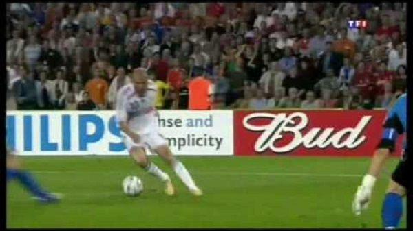 Niesamowite umiejętności legendy Realu Madryt i Juventusu Turyn • Zinedine Zidane najlepszym piłkarzem w historii • Zobacz film >>