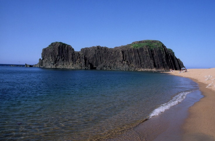 立岩は竹野川河口の砂洲にどっしりとそびえる一枚岩の玄武岩。周囲は約1kmにも及びます。