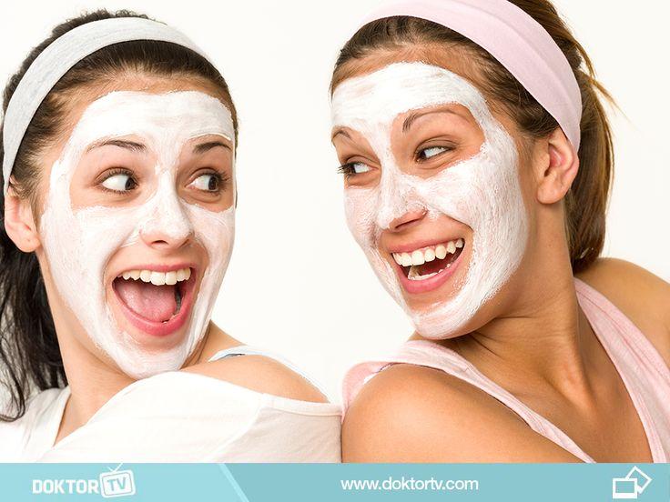 Yüzünüz için kullanılan gece kremini gece yatmadan önce ellerinize de uygulayın.