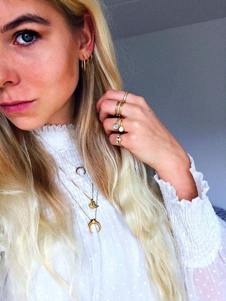#hviskstylist #hvisk #fashion #blonde #girl #girly #style #stylish #emmabukhave #gold #jewelry #rings #necklace #moon #earrings #frills #laces #shirt