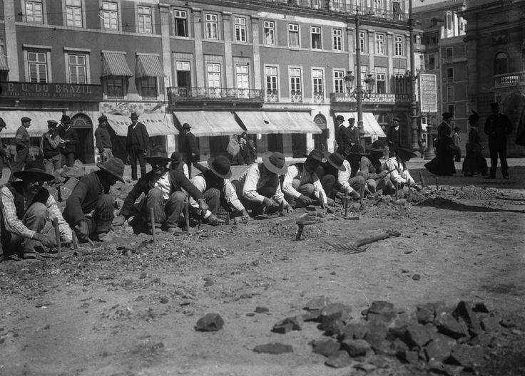 Grupo de calceteiros na Praça Dom João da Câmara (1907). ComJeitoeArte