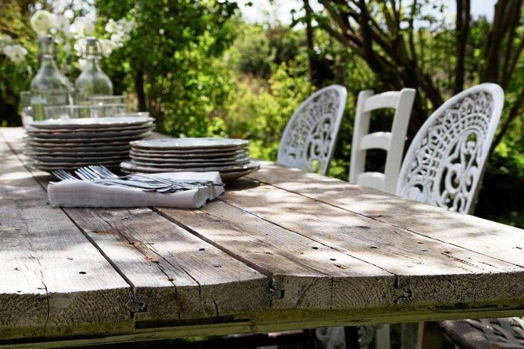 Sommar och lata dagar med oväntade gäster. Då är det bra att ha ett extra bord. Bygg en rejäl bordsskiva av sex golvbrädor, bara att placera på ett par bockar varhelst man önskar i trädgården.