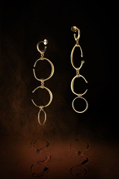 Maison Auclert- Large earrings consisting of 4 large gold earrings, shaped in tapering open circles with attractive lanceolate terminations, Art of the Balkans of the 3rd century. Two gold earrings from the Roman Period, retained by modern links and hoops in18K mat gold.
