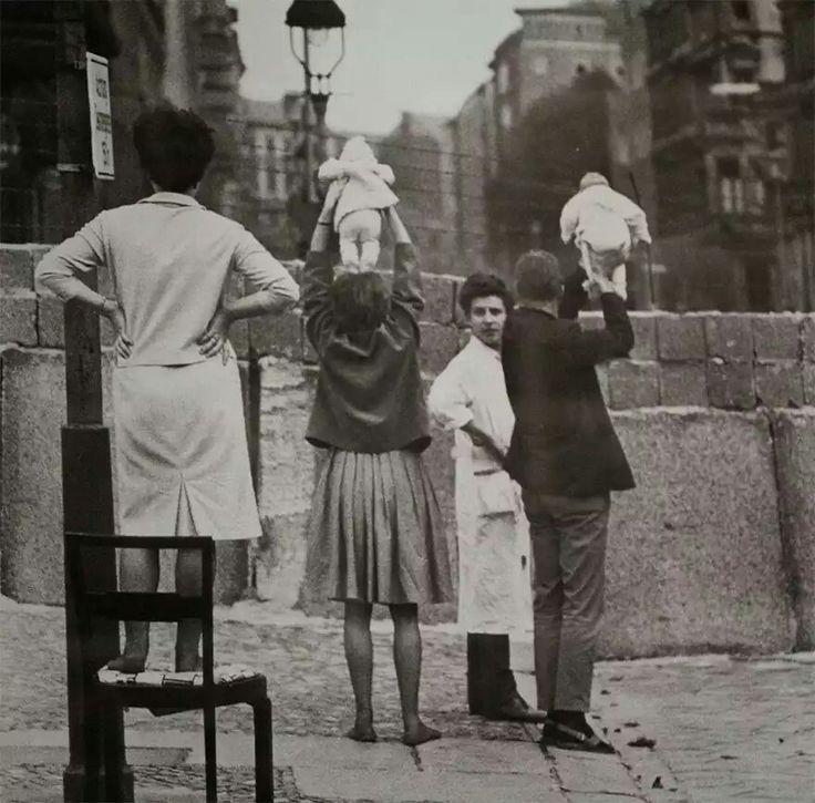 Residentes del Berlín occidental muestran sus niños a sus abuelos del Berlín oriental, 1961