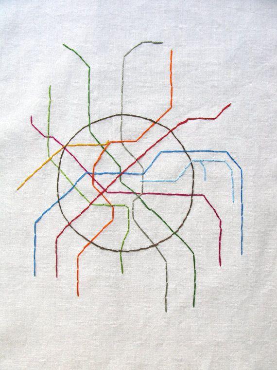 El Metro de Moscú abrió en 1935 como primer sistema de ferrocarril subterráneo de la Unión Soviética. Explorar la ciudad por un viaje en la