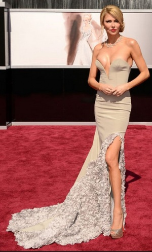 Oscars 2013 - Brandi Glanville. I feel like almost everything works here. She looks statuesque, elegant, glam, sexy... She looks like she feels great in her skin. Of course the neckline could be higher :)