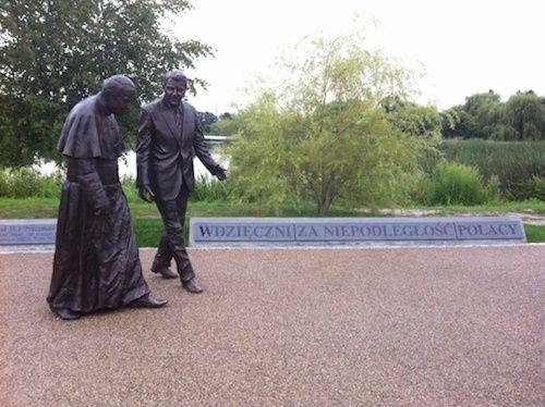 A Gdansk en Pologne, aux côtés de Ronald Reagan, afin de rendre hommage aux deux hommes qui, selon plusieurs Polonais, ont contribué à la chute du communisme.