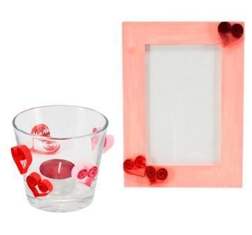 Dárky k Valentýnu vytvoříte také snadno pomocí techniky quilling. Z papírových proužků vytvoříte srdíčka, která nalepíte na skleničku nebo na dřevěný rámeček natřený růžovou akrylovou barvou.