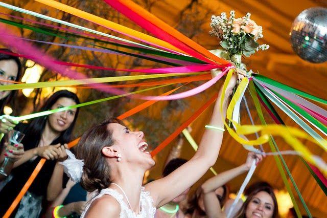 Buquê com fitas: a nova mania em casamentos via @emotionmebr