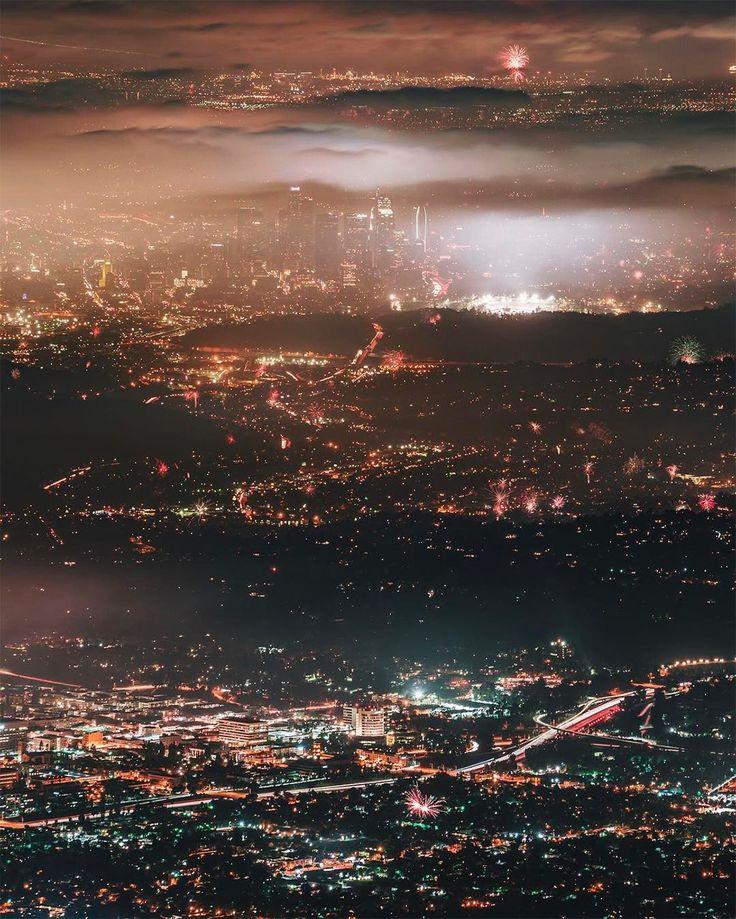 Kreatívny riaditeľ a fotograf Dylan Schwartz pochádzajúci z LA má rad svoje mesto. Je to cítiť a vidieť na je fotografiách, ktoré väčšinou fotí z helikoptéry. V jeho tvorbe rád pracuje s hmlou a rôznymi úrovňami svetla. Pokochajte sa s nami krásnym výhľadom na jeho rodné LA.