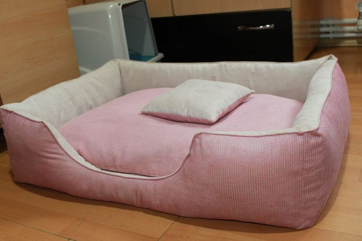 Handmade bed for medium size dogs, manually sewn and finished, made from resistant materials, size 82/62/23 cm. It is filled with superball, comfortable for any furry pets and has a fully removable zippered cover ! The rectangular shape of the bed and high margins are ideal for squatting and provides a sense of security for the pet . The cover is washable at 30 ° C.