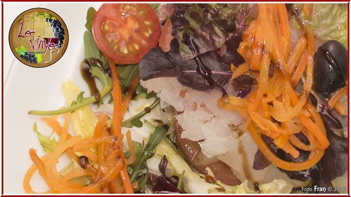 Ensalada de bacallà con paté de olivada Que fresquita y rica! ;-)