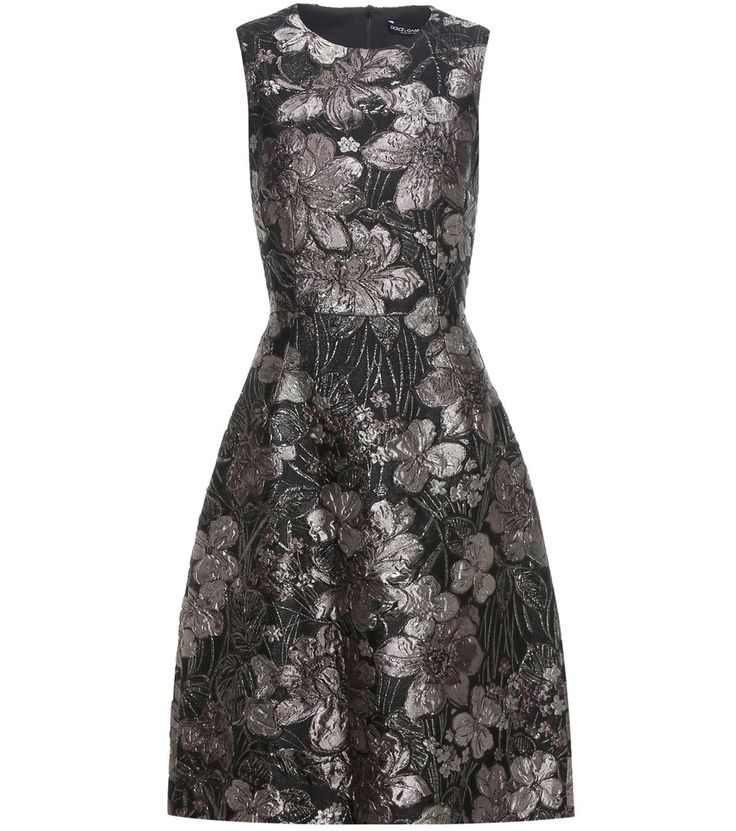 Dolce & Gabbana - Robe en jacquard métallisé - Confectionnée en Italie en jacquard métallisé à motifs floraux, cette sublime robe sans manches noire et argentée signée Dolce & Gabbana chatoiera merveilleusement dans la lumière du soir lors d'un prochain dîner. Marquant la taille pour s'évaser sur un ourlet cloche, cette pièce s'associera à des escarpins en daim vertigineux. seen @ www.mytheresa.com