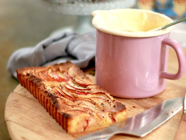 Knäckig äppelkaka med råkräm (kock Leila Lindholm)