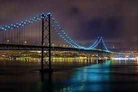 Ponte 25 de Abril - Ponte pênsil, Portugal. A Ponte 25 de Abril é uma ponte suspensa rodo-ferroviária que liga a cidade de Lisboa à cidade de Almada, em Portugal. A ponte atravessa o estuário do rio Tejo na parte final e mais estreita — o designado gargalo do Tejo. Wikipédia Endereço: Ponte 25 de Abril, Lisboa Inauguração: 6 de agosto de 1966. Início da construção: 5 de novembro de 1962. Comprimento total: 2.228 m Altura do vão livre: 70 m Altura: 190 m Arquiteto: Ray M. Boynton
