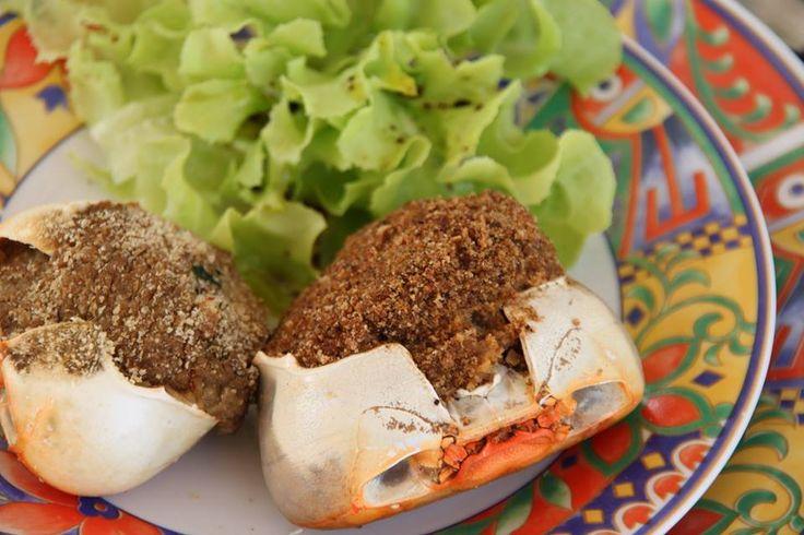 Crabes farcis Ingrédients 6 crabes (tourteau ou araignée) 200 g de pain rassis 25 cl de lait 1 piment antillais 1 oignon 3 tige(s) de persil 1 bouquet(s) de ciboulette 2 gousse(s) d' ail 3 c. à soupe d' huile d'olive 3 citrons verts sel 1 kg de gros sel