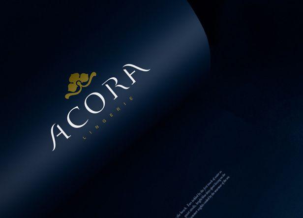 Diseño de logotipo para Acora, firma de lencería y ropa interior femenina.  Nuestra clienta buscaba una imagen elegante y delicada que transmitiera los valores de calidad y elegancia de sus productos. La mayoría de sus artículos tienen un corte clásico y muy elegante así que su logotipo debía de estar en esa sintonía.