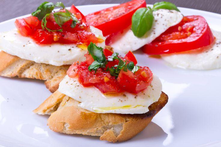 pan tostado, mozzarela, tomate y albahaca