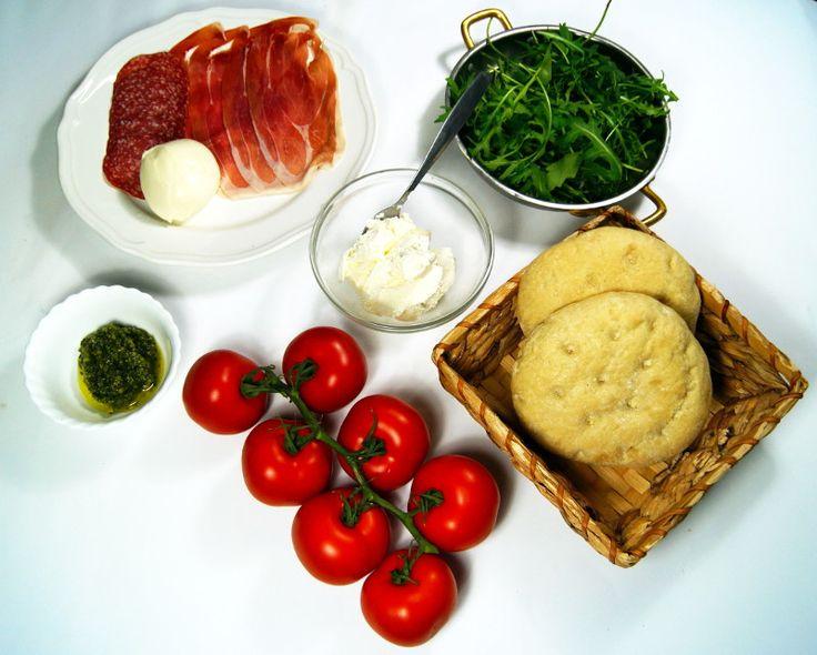 Zutaten: Focaccia oder Flaguette Brote Tomaten, Parmaschinken, Mailänder Salami, Ruccola, Ricotta, Pesto, gegrilltes Gemüse, Mozzarella, Pecorinokäse..Einfach alles was euch schmeckt und zu italienischen Antipasti zählt